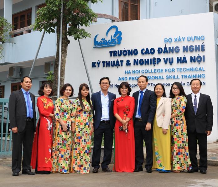 Thứ trưởng Nguyễn Đình Toàn chụp ảnh lưu niệm cùng cán bộ, giảng viên trường Cao đẳng nghề Kỹ thuật và Nghiệp vụ Hà Nội