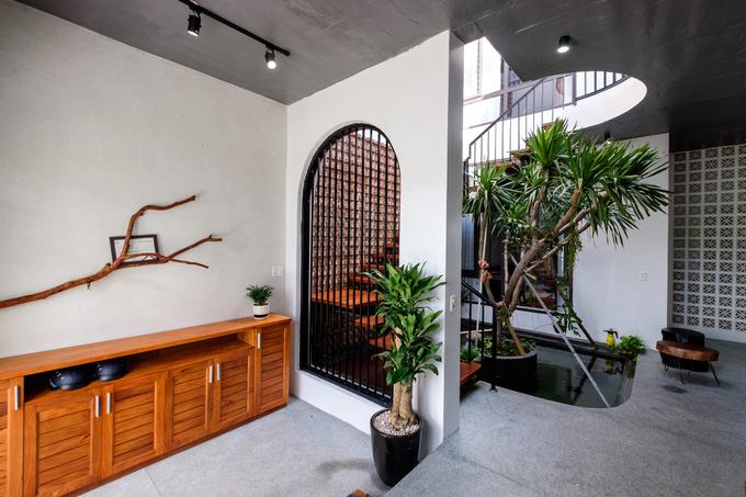 Ấn tượng nhất trong nhà là khu vực tường gạch ở cầu thang, giếng trời, hồ cá Koi, mang đến bầu không khí trong lành, dịu mát.