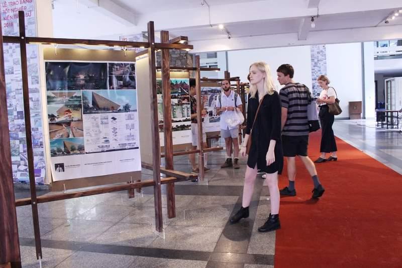 Đồ án tốt nghiệp xuất sắc của ngành Kiến trúc, xây dựng năm 2018 được trưng bày tại sảnh trường UAH. (ảnh UAH)