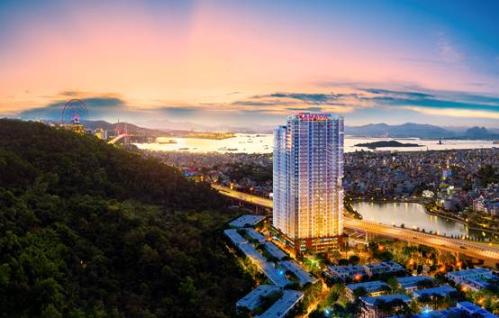 Tầm nhìn bao trọn cả thành phố từ Ramada by Wyndham Hạ Long Bay View