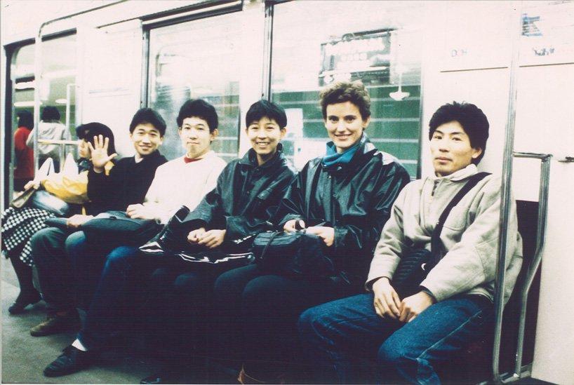 Francine Houben (thứ 2 bên phải qua trái) và Kazuyo Sejima (cạnh bên trái) trên tàu điện Tokyo vào năm 1985 (ảnh: Mecanoo)