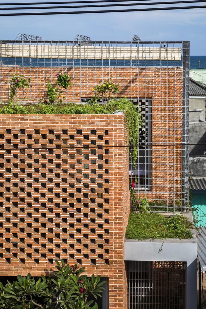 Thiết kế công trình được tối ưu để tiết kiệm chi phí, phù hợp với điều kiện khí hậu nhiệt đới. Đan xen những khoảng không gian làm thoáng khí và vườn cây gần gian sinh hoạt. Yêu cầu của khách hàng là có không gian sống gần gũi với tự nhiên nhất có thể, đảm bảo đủ diện tích tiếp đón bạc bè, khách của gia đình.