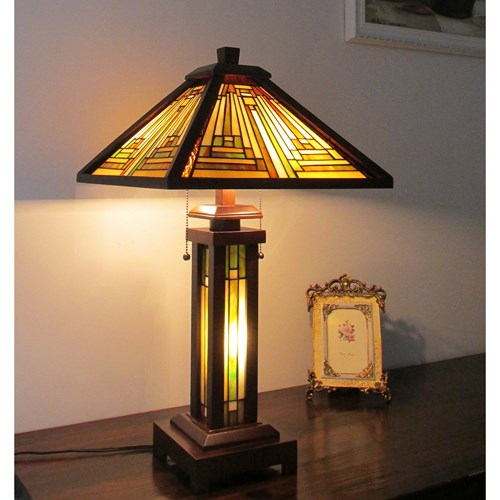 Đèn được chế tác từ hơn 155 miếng kính nghệ thuật cắt bằng tay riêng sẽ bổ sung màu sắc và phong cách cho bất kỳ căn phòng nào