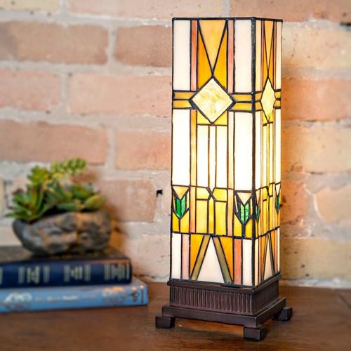 Chiếc đèn bàn lấy cảm hứng từ những cây cột chống thời cổ đại tăng sức hấp dẫn cho không gian trưng bày