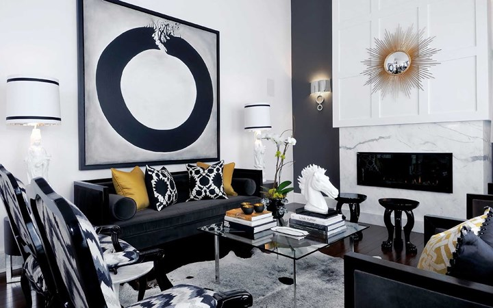 Chọn nội thất màu đậm phủ kính để tăng thêm sự sang trọng cho phòng