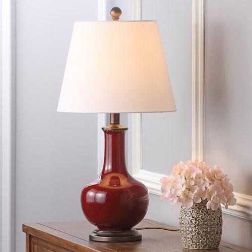 Lấy cảm hứng từ các sản phẩm đồ gốm phương Đông, chiếc đèn bàn mang đến không khí ấm áp và dễ chịu cho phòng ngủ theo phong cách truyền thống