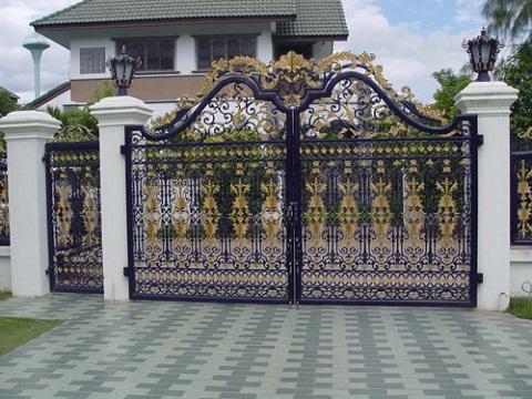 Không nên dùng cửa cổng sắt ở vùng biển và những vị trí thường xuyên ẩm ướt
