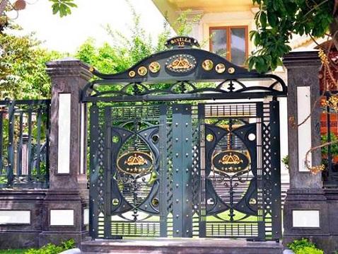 Không nên dùng quá nhiều màu sơn cho cửa cổng sắt