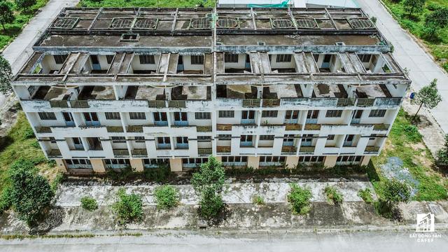 Nhưng bên cạnh đó là nhiều dự án căn hộ không người ở, bỏ hoang nhiều năm đang xuống cấp trầm trọng.