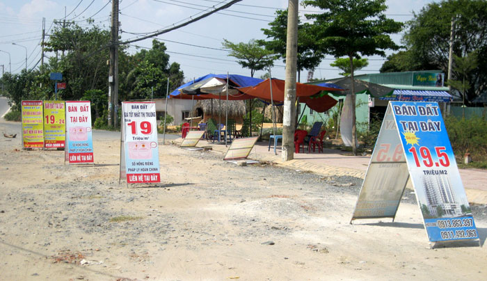 Hàng loạt điểm tư vấn mua bán đất mọc lên. Ảnh: Việt Tâm