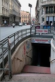 Hình 1: Một hiệu sách tận dụng đường hầm bộ hành đã bị đóng cửa tại Ý