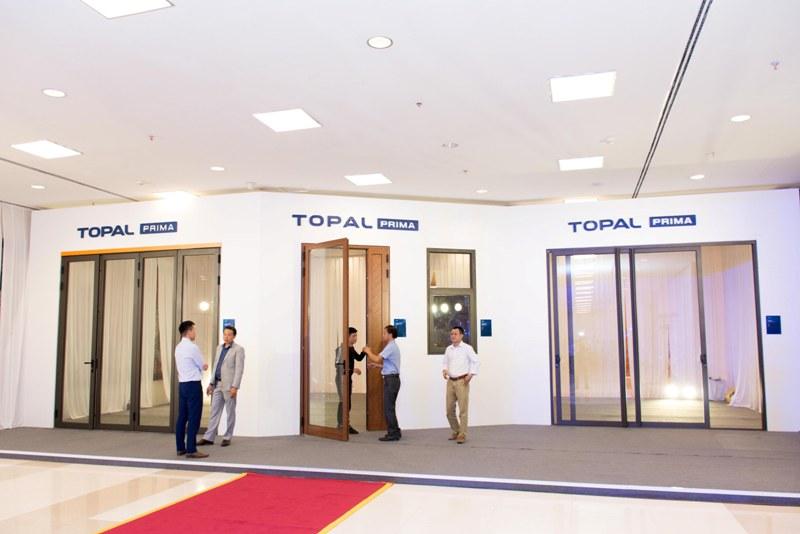 Các sản phẩm cửa đi mở quay, cửa mở hắt, cửa lùa trượt… với vách cố định của Topal Prima được thiết kế chắc chắn, mang tính thẩm mỹ cao, thuận lợi cho người sử dụng
