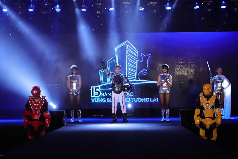 Ông Dương Quốc Tuấn - Chủ tịch HĐQT, TGĐ Tập đoàn Austdoor với màn chào khách mời ấn tượng trong hình tượng một phi hành gia và có những chia sẻ trong sự kiện