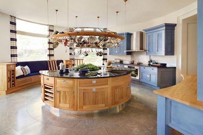 Nhà bếp có quầy bar tận dụng làm nơi trữ đồ (nguồn: decoraid)