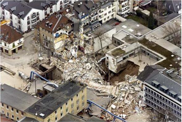 Hình 7: Sự sụp đổ của Thư viện lịch sử Cologne (Đức) vào năm 2009 do việc thi công tuyến tàu điện ngầm