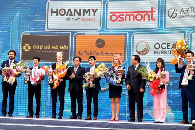 Thứ trưởng Nguyễn Văn Sinh và Phó Chủ tịch UBND TP. Hà Nội Nguyễn Thế Hùng trao Cúp vàng Triển lãm Vietbuild cho các nhà tài trợ