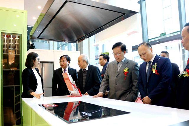 Thứ trưởng Nguyễn Văn Sinh và các đại biểu tham quan Triển lãm
