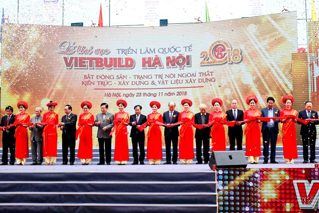 Thứ trưởng Nguyễn Văn Sinh và các đại biểu cắt băng khai mạc Triển lãm