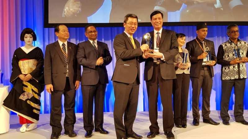Chủ tịch UBND tỉnh Quảng Ninh Nguyễn Đức Long (phải) nhận giải thưởng ASOCIO 2018 dành cho chính quyền số tỉnh Quảng Ninh