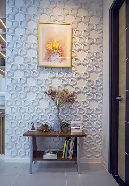Một phần bức tường được trang trí bằng gạch bê tông ép