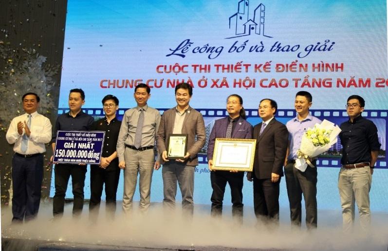 Thứ trưởng Bộ Xây dựng Nguyễn Văn Sinh cùng Ban tổ chức trao thưởng cho đơn vị đạt giải Nhất cuộc thi thiết kế điển hình chung cư nhà ở xã hội cao tầng năm 2017