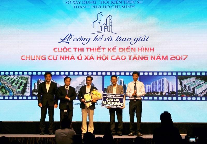Thứ trưởng Bộ Xây dựng Nguyễn Văn Sinh cùng Cục trưởng Cục Công tác phía Nam Hoàng Hải trao giải ba cho cuộc thi thiết kế điển hình chung cư nhà ở xã hội cao tầng năm 2017