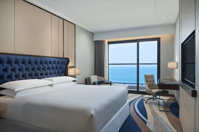 Phòng ngủ tinh tế với góc làm việc hướng biển tại Four Points by Sheraton Đà Nẵng