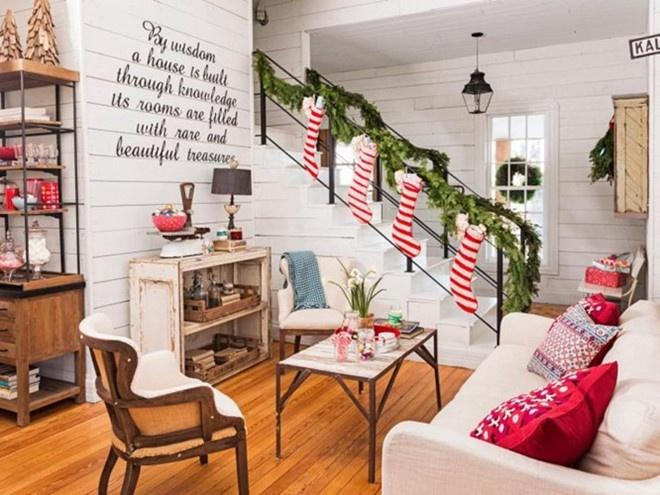Tận dụng cầu thang để trang trí là ý tưởng cho không gian chật hẹp