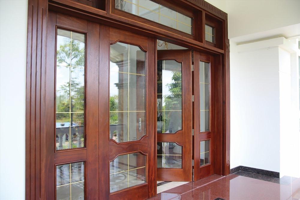 Cửa gỗ hiện đại và đơn giản được lắp đặt ở vị trí cửa đi chính của ngôi nhà