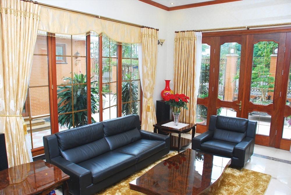 Cửa gỗ pano kính kết hợp cùng nội thất gỗ mang đến không gian sang trọng cho các căn biệt thự