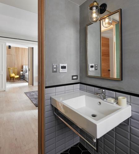 Phòng tắm nhỏ nằm cạnh phòng ngủ thuận tiện cho việc sinh hoạt hàng ngày