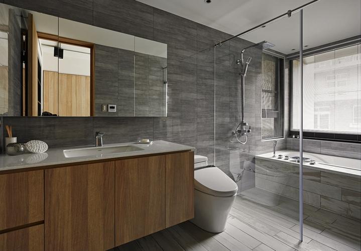 Trong khi đó một phòng tắm lớn hơn sử dụng chất liệu đá, kính và gỗ