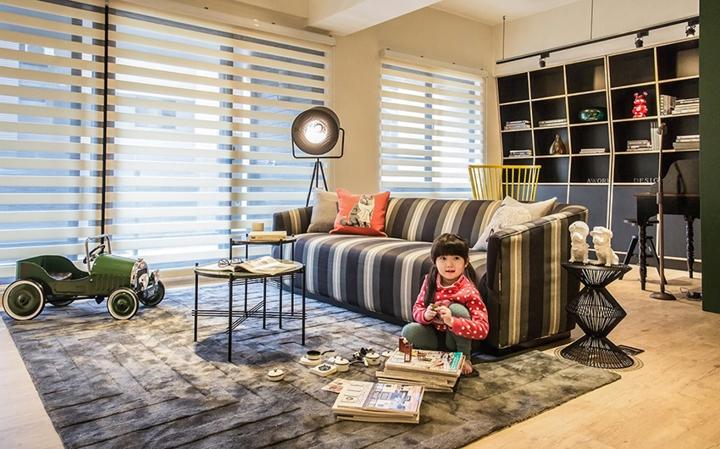 Sàn nhà lát gỗ, thảm trải sàn lớn đánh dấu khu vực tiếp khách đồng thời cũng là sân chơi cho bé, bố mẹ có thể an tâm để trẻ ngồi trên mặt sàn mà không lo bị cảm lạnh