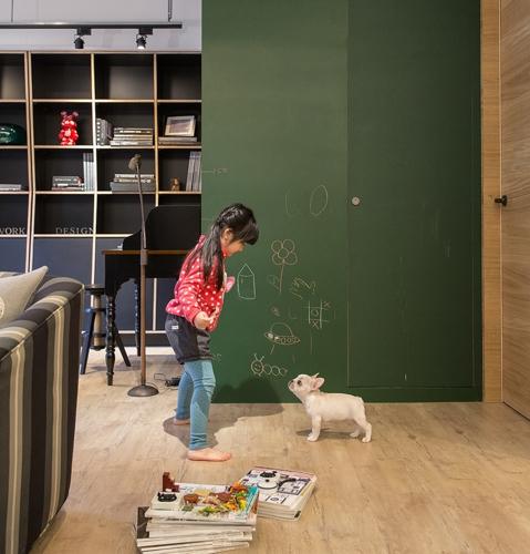 Bé có thể học bài, chơi các trò chơi ngay trên sàn nhà bằng gỗ