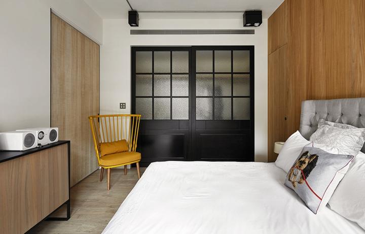 Ghế tựa màu vàng gần giống với ghế ngoài phòng khách, giường ngủ bọc nệm dày dặn mang lại giấc ngủ sâu và êm ái