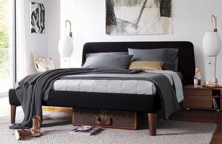 Giường ngủ bọc nệm màu đen tạo điểm nhấn cho những căn phòng màu sắc nhẹ nhàng