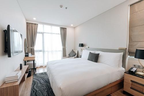 Phòng ngủ ấm áp, nội thất sang trọng và tinh tế tại Oakwood Residence Saigon