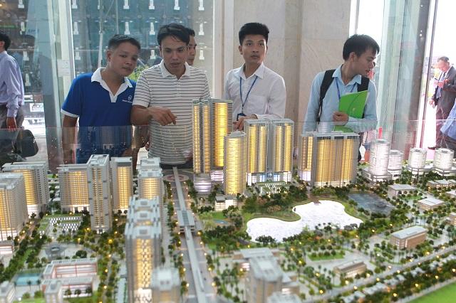 Khách hàng tham khảo thông tin một dự án nhà ở tại hội chợ bất động sản diễn ra Hà Nội. Ảnh: Phạm Hùng