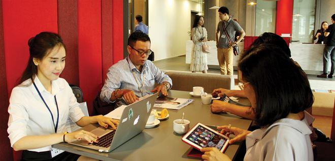 Co-working space là mô hình lai ghép giữa Shared Office (văn phòng chia sẻ) và Working Cafe (quán cà phê làm việc