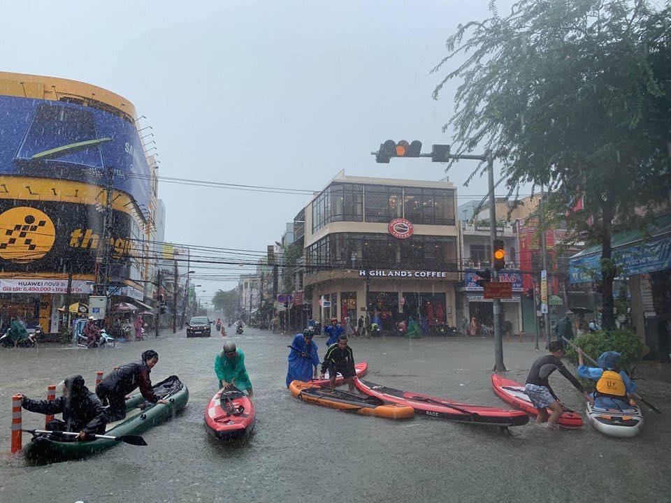 Mưa lớn trong hai ngày 9,10.12 gây ngập chưa từng có, người dân Đà Nẵng di chuyển bằng thuyền trên phố
