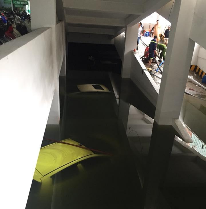 Hàng loạt xe ô tô ngập tới nóc trong các hầm để xe