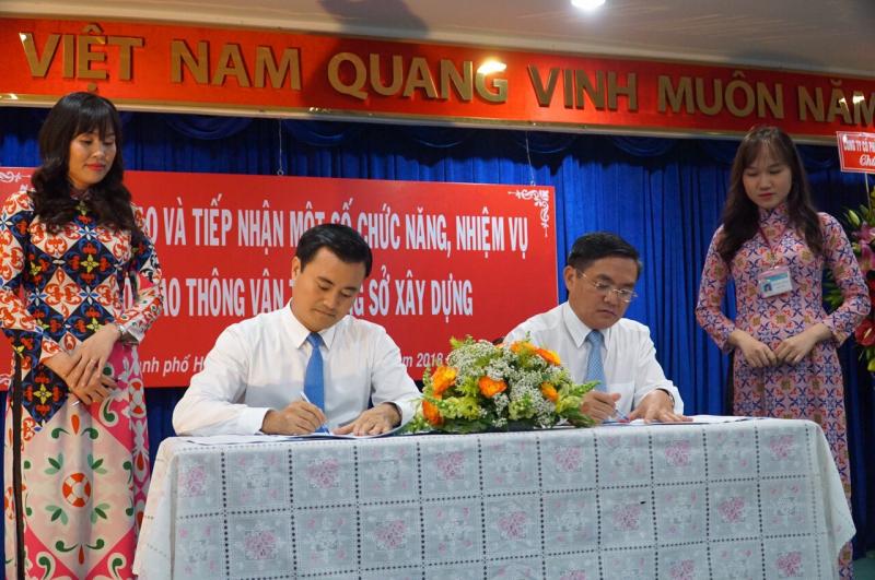 Lãnh đạo Sở GTVT và Sở XD ký bàn giao và tiếp nhận nhiệm vụ mới