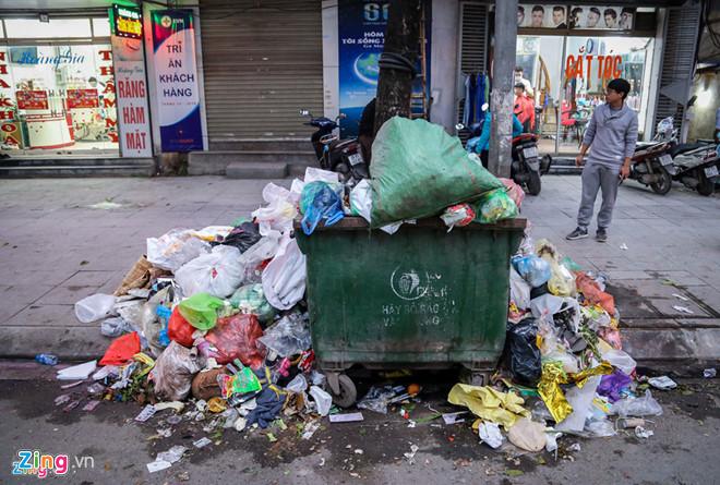 Đường phố Hà Nội ngập trong rác sau khi bãi rác Nam Sơn bị người dân chặn lối vào. Ảnh: Việt Linh.