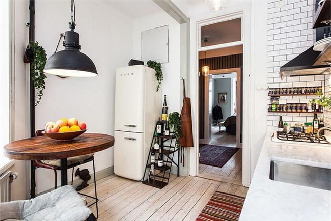 Các yếu tố công nghiệp và Scandinavia được kết hợp đẹp mắt trong phòng ăn và nhà bếp này