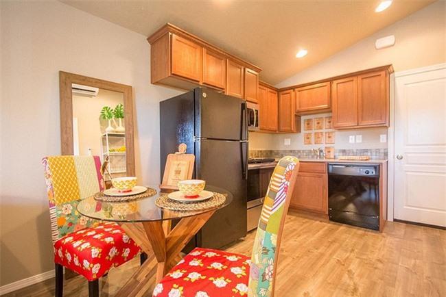 Phòng ăn nhỏ với những chiếc ghế thêm nhiều màu sắc cho khung cảnh