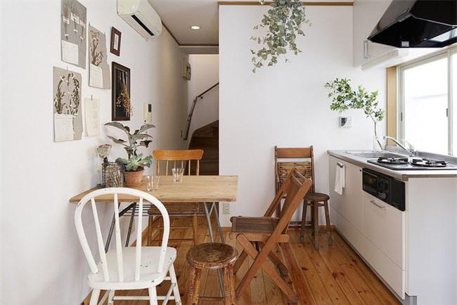 Sử dụng thêm một chiếc ghế phụ khi khách đến làm cho không gian ăn uống siêu nhỏ này trở nên thiết thực hơn