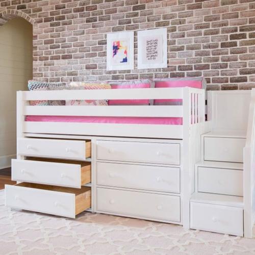 Bên dưới và cầu thang của giường ngủ là những ngăn kéo đựng đồ được quét sơn màu trắng đã tạo nên không gian phòng ngủ của trẻ sáng, sạch sẽ hơn.