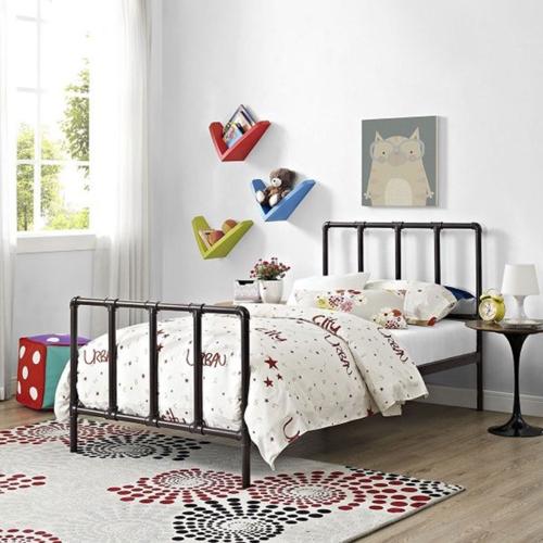 Chiếc giường ngủ bằng sắt, ở trên tường có treo tranh, hình ảnh các con vật sẽ khiến trẻ cảm thấy thoải mái và ngủ ngon giấc hơn