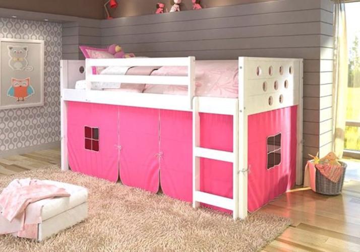 Màu trắng và hồng làm chủ đạo đã khiến cho chiếc giường ngủ trở nên đáng yêu hơn với trẻ nhỏ