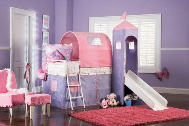 Chiếc giường ngủ có mái vòm, bên cạnh là cầu trượt sẽ khiến trẻ thích thú